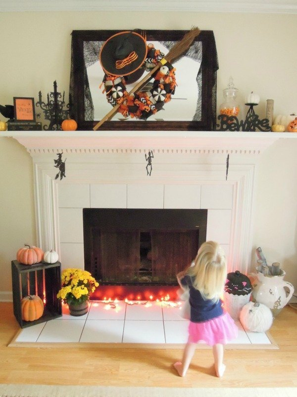 halloween-mantel-photo-bomb